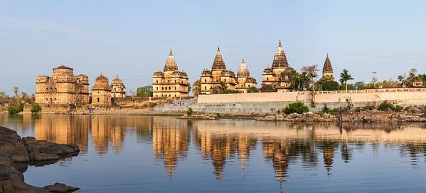 Foto panorámica de templos en Orchha, Madhya Pradesh (India)