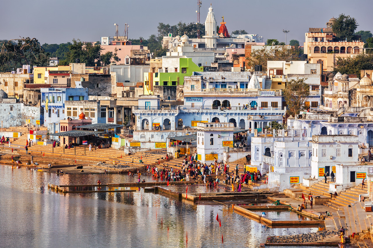 Hindu devotees bathing in sacred Puskhar lake (Sagar) on on ghats of  Pushkar, Rajasthan, India
