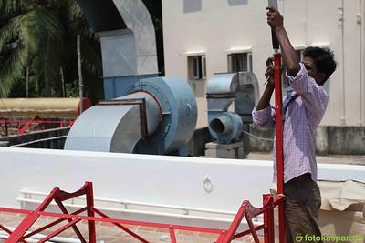 Ramesh präpariert die Heißluftröhre, die Dampf ablässt, falls es im Tank zu brodeln anfängt.