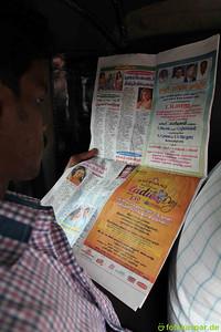 Ramesh am Zeitungslesen in der Riksha.
