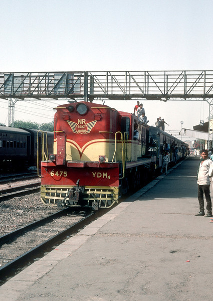 A very well loaded (!) passenger service is arriving at Agra Idgah behind YDM4 6475 on 1 March 1992