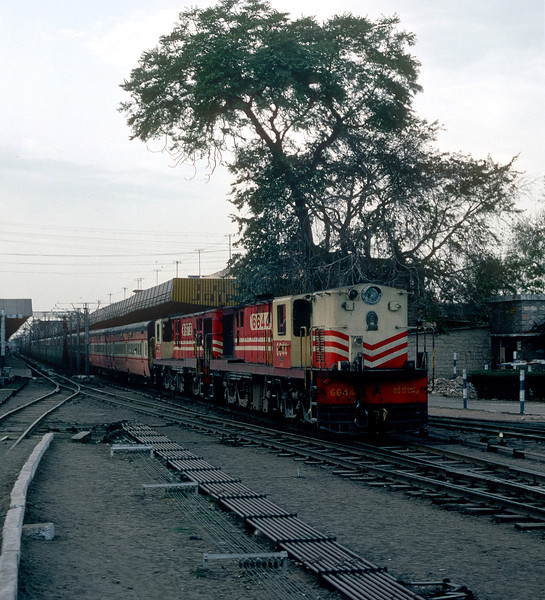 Leaving Jaipur with the evening express to Delhi on 3 March 1992 are YDM4 6644 and 6673