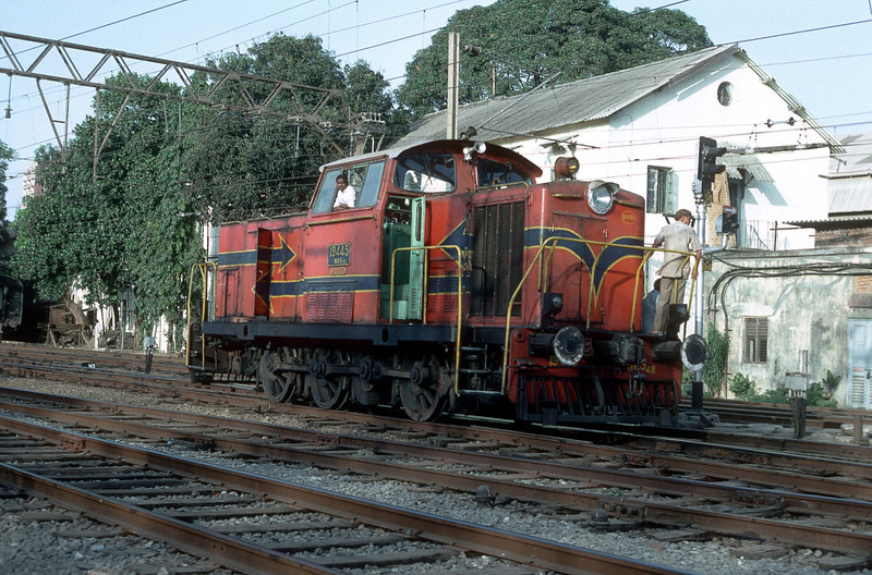 WDS4B 19445 goes about its duties at Bombay Central on 6 March 1992