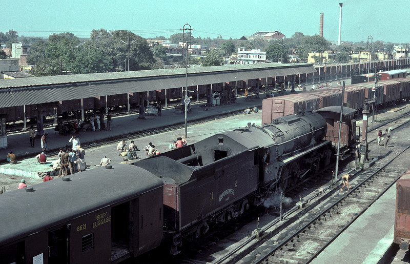 WG8522 will need a trip for coaling very shortly as it sits in the middle roads of the Broad Gauge station at Bareilly Junction on 18 February 1992