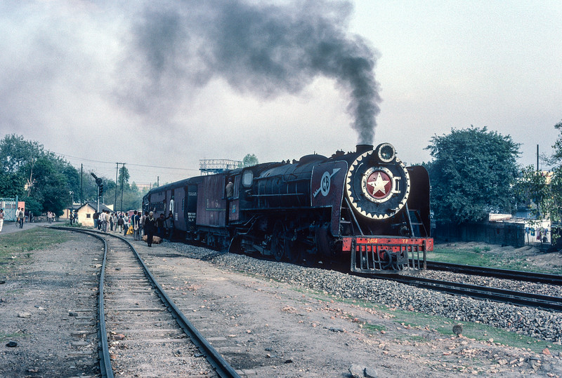 YP2164 pauses at Charbagh station, alongside the metre gauge locomotive depot, as it approaches its final stop at Lucknow on 21 February 1992