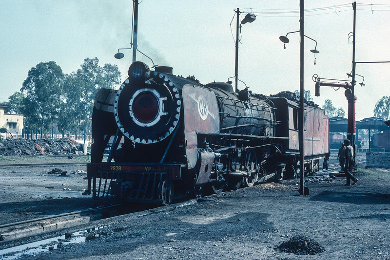 YP2628 hardly looks in the best of condition as it is serviced at Charbagh depot at Lucknow on 21 February 1992