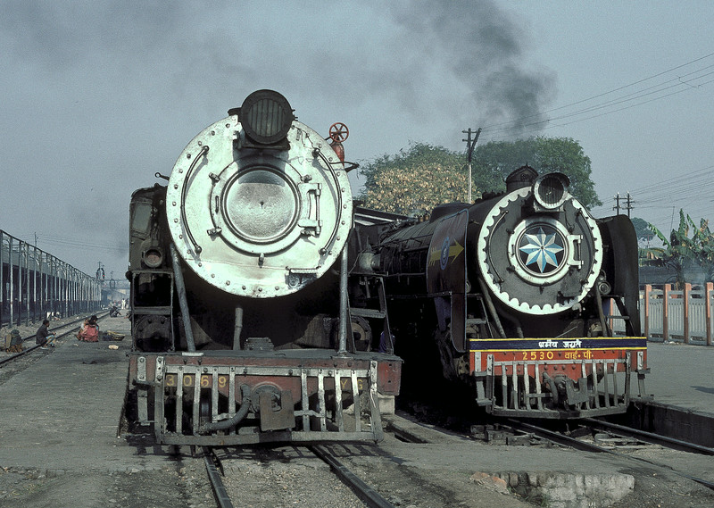 Both metre gauge engines but YG3069 on the left seems to dwarf YP2530 on the right at Samastipur Junction on 22 February 1992
