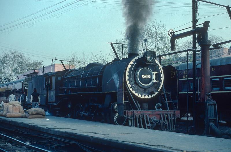 YG3406 sits in the bay platform at Delhi Junction on 10 March 1992