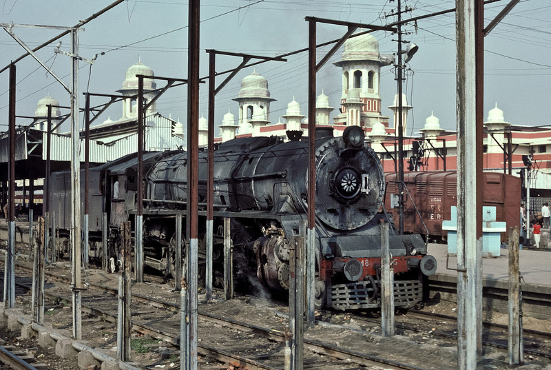 WG8948 at Lucknow on 21 February 1992. The foreground clutter contrasts with the splendid turretted station buildings in the background