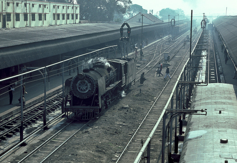 YG4430 runs through the station at Samastipur Junction on 22 February 1992, highlighting the extreme length of some of the platforms and also of the trains that serve them