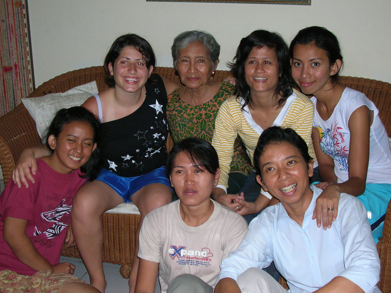 On the couch: Lauren - Grandma - Poon (Thai daugther)- Lavina<br /> On the floor: Sabina (sister) - War (maid) - Mom