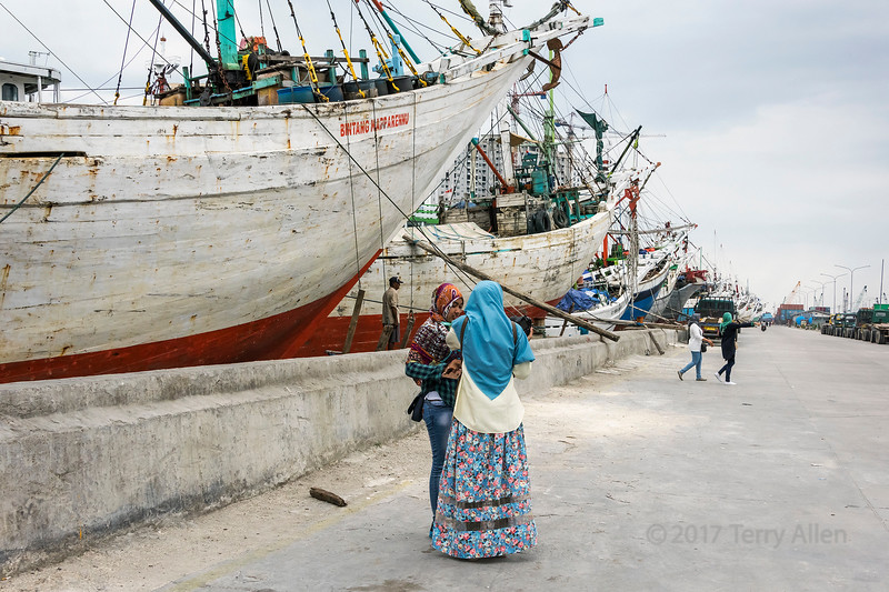 Indonesian girls at the Sunda Kelapa Harbour visiting the pinisi, Jakarta, Indonesia