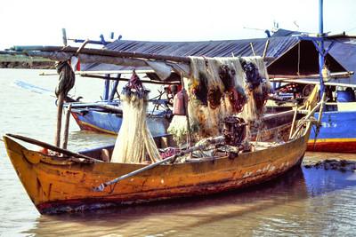 Trammelnet boat at Tawang