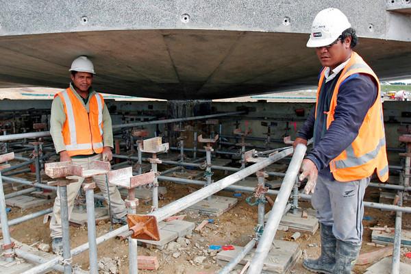 Va a and Alo dismantling the bridge boxing under the circular centre of the bridge.