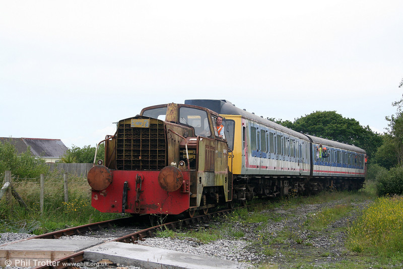 L&MMR Sentinel 4wDH (10222/1965) heads the line's class 117 dmu along the ½ mile running line at Cynheidre on 11th July 2010.