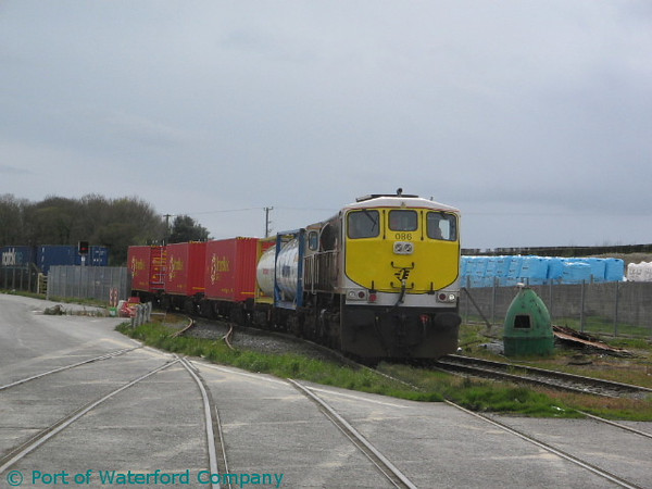 086 arrives at Belview Port with the 0800 Ballina - Waterford Belview Norfolk Liner. Fri 11.04.08