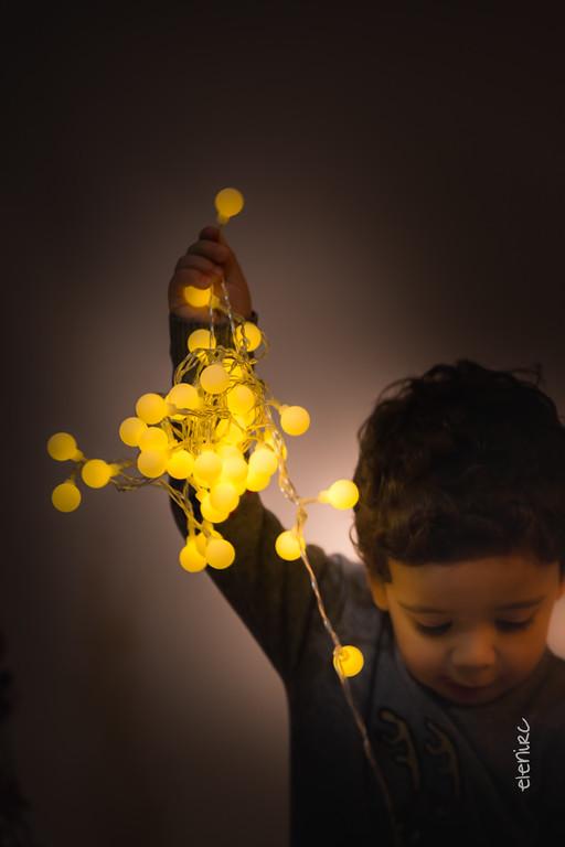 jugando con luces Fotografía infantil de Navidad en Barcelona elenircfotografia