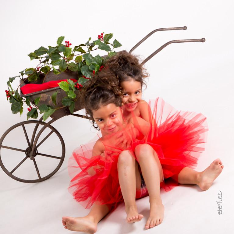 Sesión de estudio niñas con tutu rojo Fotografía de Navidad en Barcelona elenircfotografia