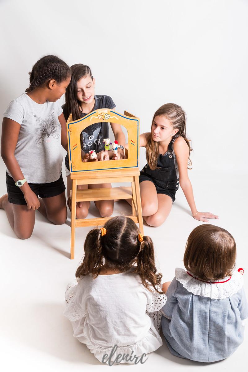 Nuria Rebull Logopeda Mollet del Valles reportaje corporativo de Elena Rubio fotógrafa infantil en elenircfotografia niñas juegan con un teatro de guiñol