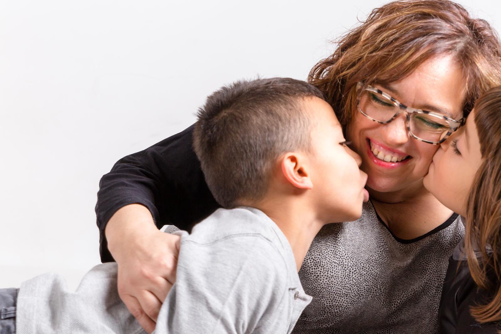 Niños besan a su mamá. Reportajes de fotografía infantil para ver crecer la familia. fotografo infantil, fotografo familia, fotografo de navidad, elena rubio fotografa mollet para elenircfotografia, fotografa infantil barcelona 2