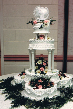 02  Decorated with icing string work, fresh flowers and pillars.