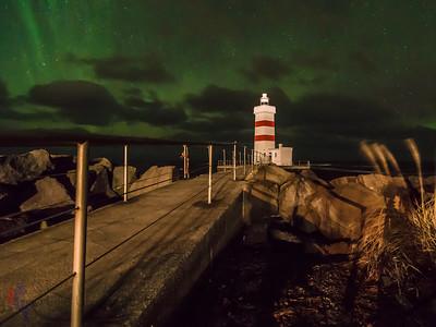 Aurora borealis über dem alten Leuchtturm von Garður