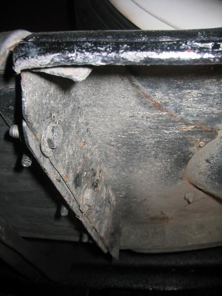 Rear underside of front fender w/sidemounts.  (Note extra steel reinforcing bracket)