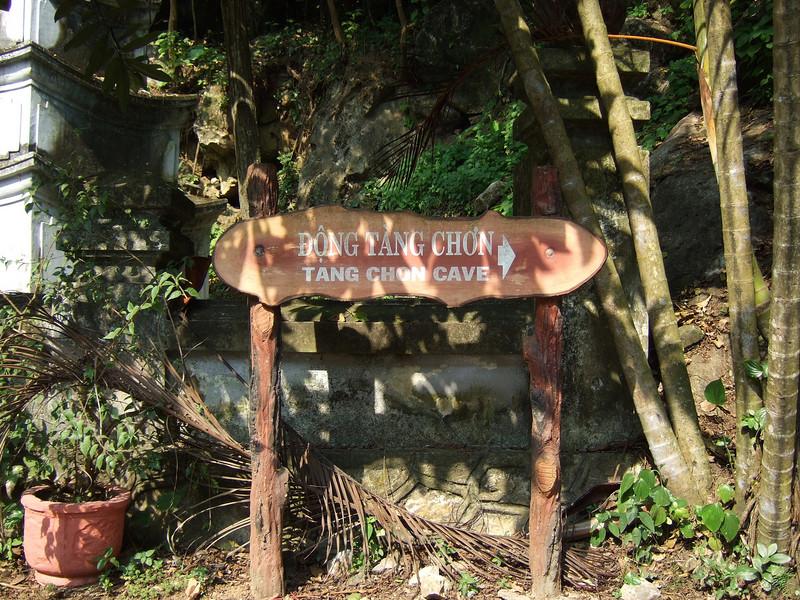 This way to the Dong Tang Chon Cave