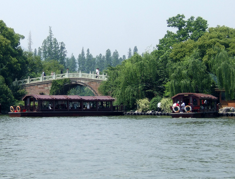 Bridge across West Lake - Hangzhou