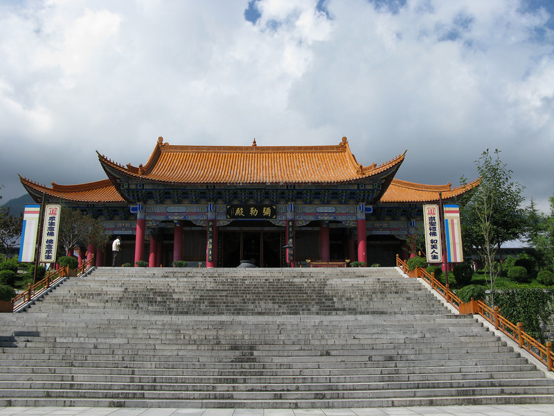 Temples on the descent from the top at the Three Pagodas - Dali