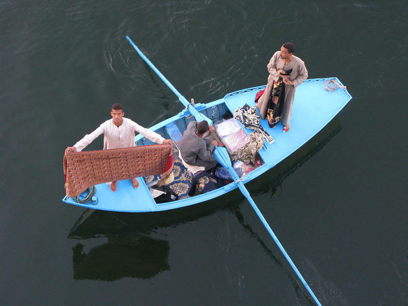 Garment throwers on the Nile