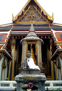 The hermit statue with the Ho Phra Phontithai Phiman behind, in the Temple of the Emerald Buddha, the Grand Palace. ... August 17, 2004 ... Copyright Robert Page III
