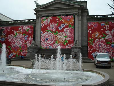 С лицевой части здание Художественной галереи было украшено росписью а-ля жостовские подносы.