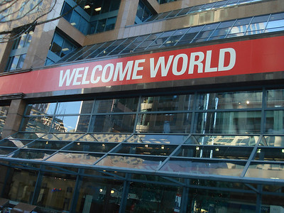 """""""Добро пожаловать, мир"""" гласили плакаты на улицах города."""