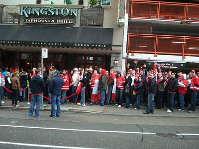В бары и рестораны центра города выстраивались огромные очереди. И не только перед матчем, чтобы поболеть за любимую команду в толпе единомышленников, но и просто перекусить.