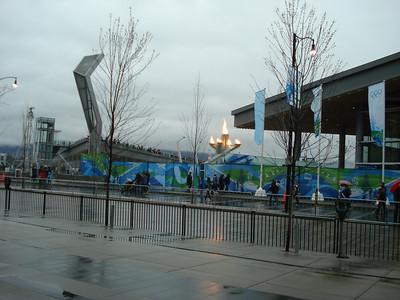 Отсюда видно смотровую площадку над уровнем улицы, откуда можно было запечатлеть Олимпийский огонь без ограды, что в один из дней я и сделала во время полу-часового перерыва между многочисленными мероприятиями и клиентами.