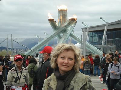 Женщина-полицейский была настолько любезна, что даже делала разные ракурсы для фотографий.  А Олимпийский огонь был обнесён сеткой и подойти ближе, чем люди на зданем плане было нельзя. Но можно было сфотографировать сверху - смотрите дальше.