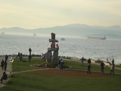Такие человеко-подобные символы инуиты (народность жившая на самом севере Канады, типа экскимосов) складывали из камней в тех местах, гда была хорошая охота или рыбная ловля. Эту конкретную скульптуру привезли на проходившую в 1986 году выставку,  посвящённую столетию образования Ванкувера. После выставки решили не увозить скульптуру обратно, а поставить в одном из городских парков на берегу залива.