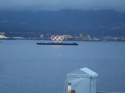Пять Олимпийских колец каждый вечер загорались над заливом.