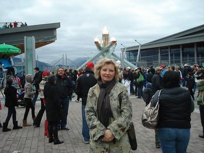У Олимпийского огня стояла страж правопорядка, а к ней стояла очередь из желающих сфотографироваться.