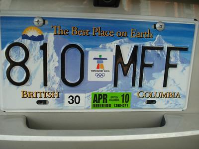 """Специально к Олимпиаде в провинции Британская Колумбия выпустили номерные знаки с надписью """"Лучшее место на Земле"""". А посередине - стилизованный Инук-шук, символ Олимпиады."""
