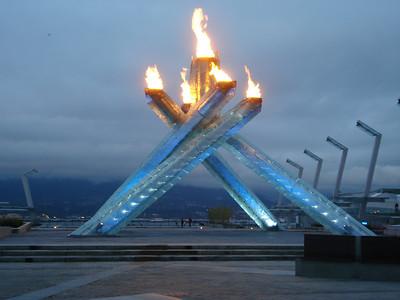 Многим Олимпийский огонь напоминал дымящиеся в пепельнице сигареты. Кое-кто комментировал, что как-то не по-зелёному это всё выглядит и не в свете здорового образа жизни.
