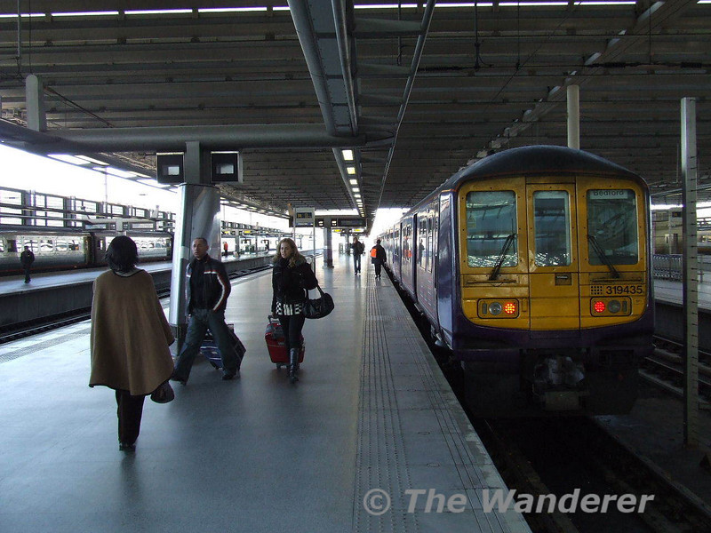 319435 + 319005 with a Bedford - St Pancras service which was diverted into the East Midland Platforms due to Engineering Work. Sat 26.01.08