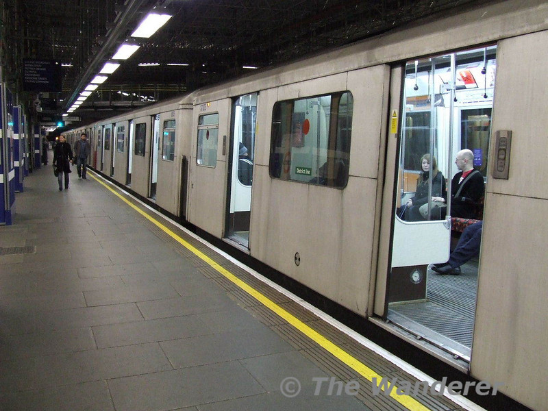 One of the last unrefurbished D Stock trains, used on the District Line stands at Earls Court with a early morning service. Sun 27.01.08