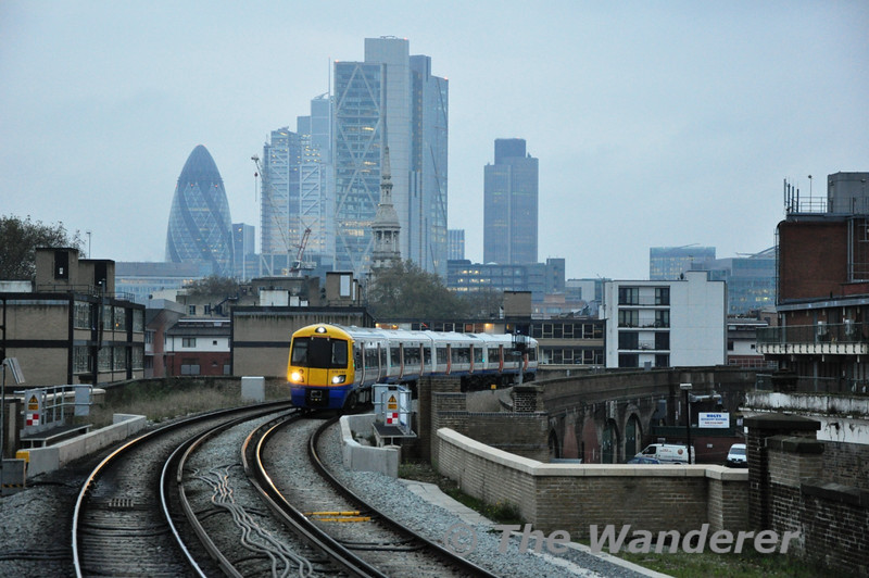 378142 arrives at Hoxton. An impressive view of the London City skyline can be had from this station.  Sat 20.11.10