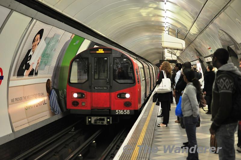 51658 arrives at the Northern Line Platform at Bank.  Sun 15.05.11
