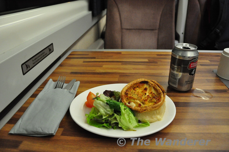 While not as substantial as the First Great Western paid offering the East Coast Trains evening meals which are free to first class ticket holders do hit the spot. This is the Smoked Haddock Mornay Pie with mixed salad. Tues 17.10.12