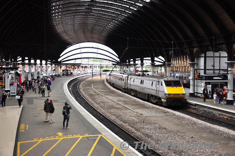 The 1725 Newcastle - York calls at York Station with 91108 at the rear. Fri 08.06.12
