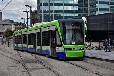 2555 arrives at East Croydon Tramstop. Sun 17.09.17