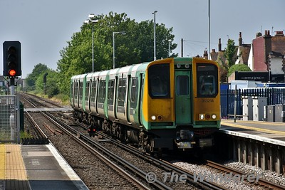 313214 arrives at Worthing. 1229 Portsmouth Harbour to Brighton. Wed 23.05.18